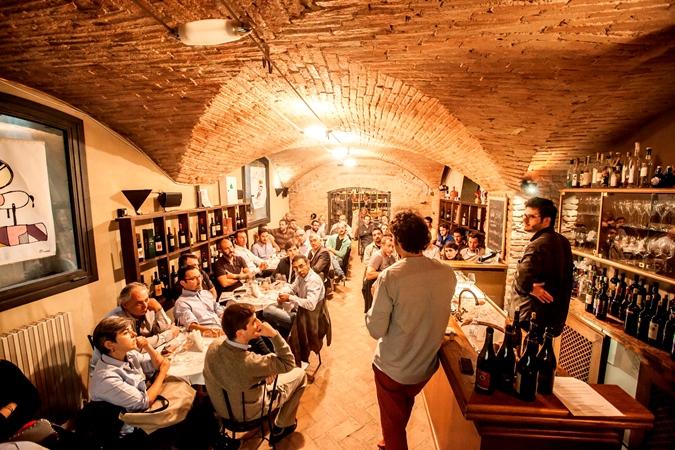 L'Enoteca profuma di vino con i banchi di assaggio e i corsi di ottobre