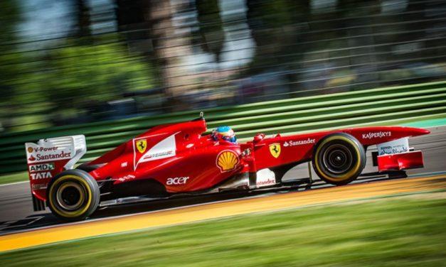 Blocco del traffico in città, vecchie F1 in autodromo