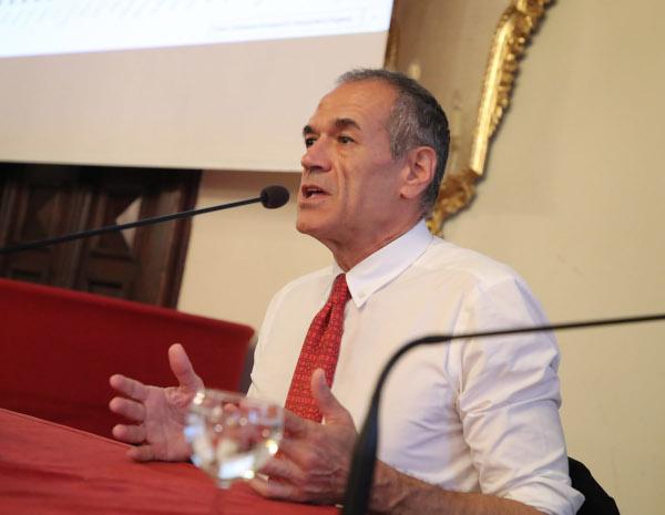 Oltre 300 persone Palazzo Sersanti per ascoltare Carlo Cottarelli