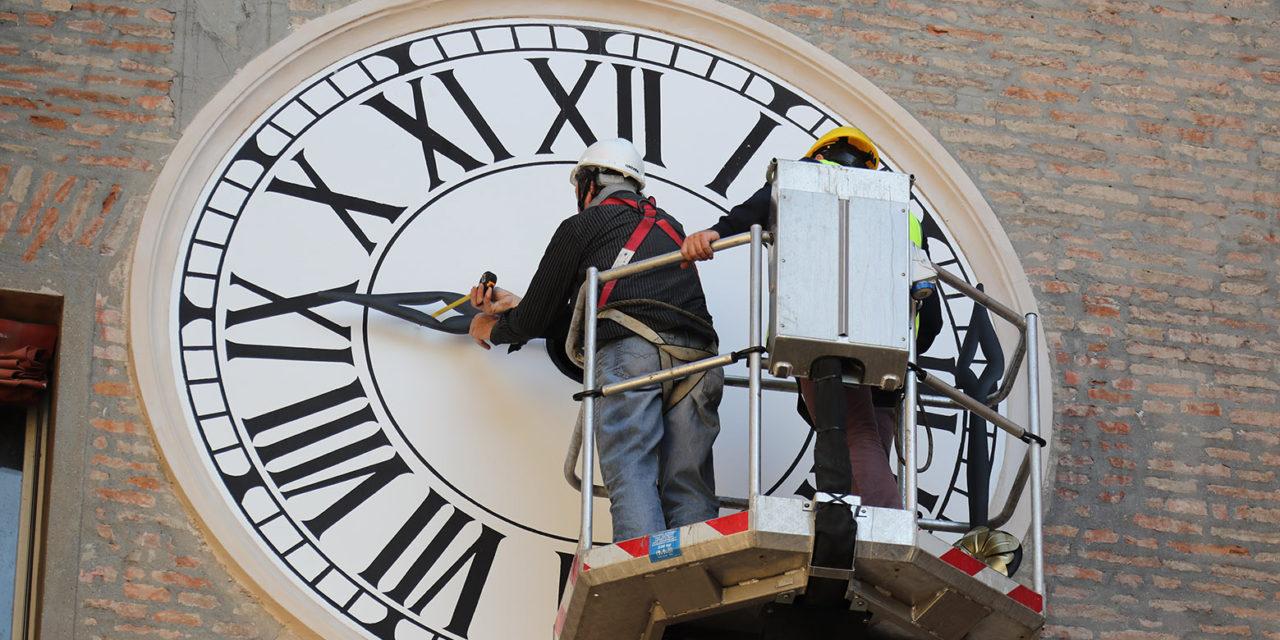 Ultimi lavori sull'orologio del Comune, domani le lancette tornano a girare