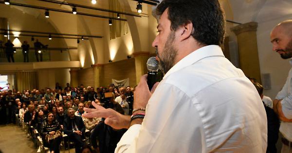 La Sangiorgi e Carapia vanno ad applaudire il leader della Lega Salvini