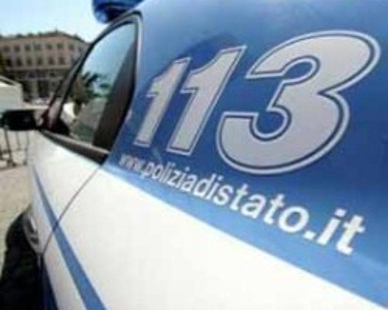 A causa del ghiaccio, scivolano in auto in un dirupo, salvate dalla polizia