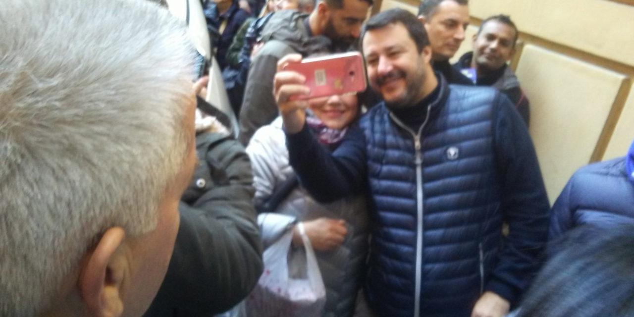Salvini in centro, tanti selfie, comizio contro le tasse, contestazione di Trama