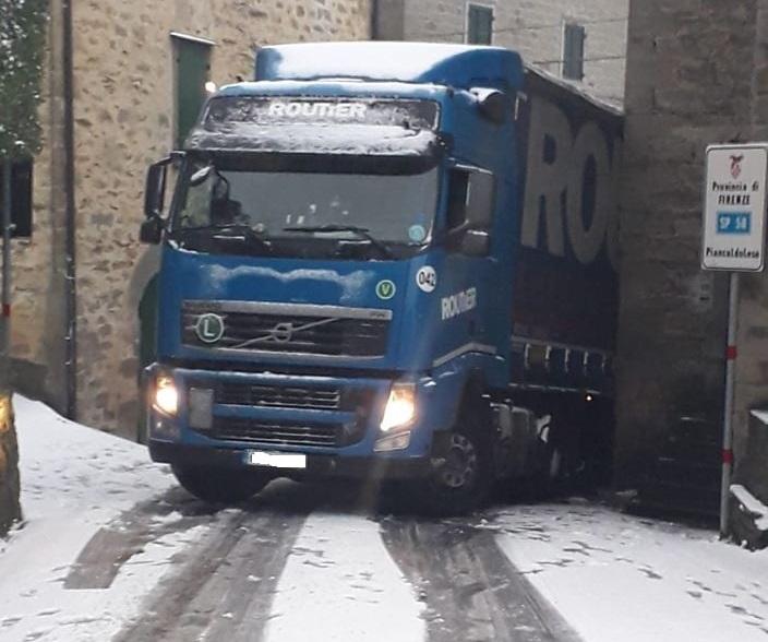 Nevicata a Giugnola: camion rimane incastrato fra le case
