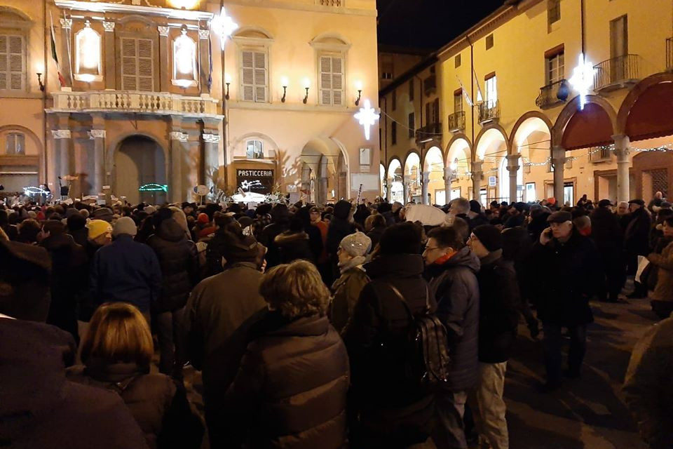 """Tante sardine colorate accolgono il leader Santori e cantano """"Bella ciao"""""""