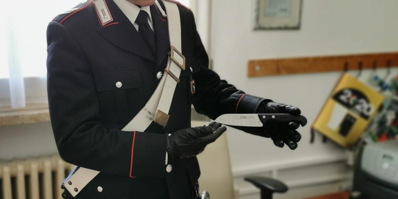 Trovato in auto con un coltello, denunciato dai carabinieri