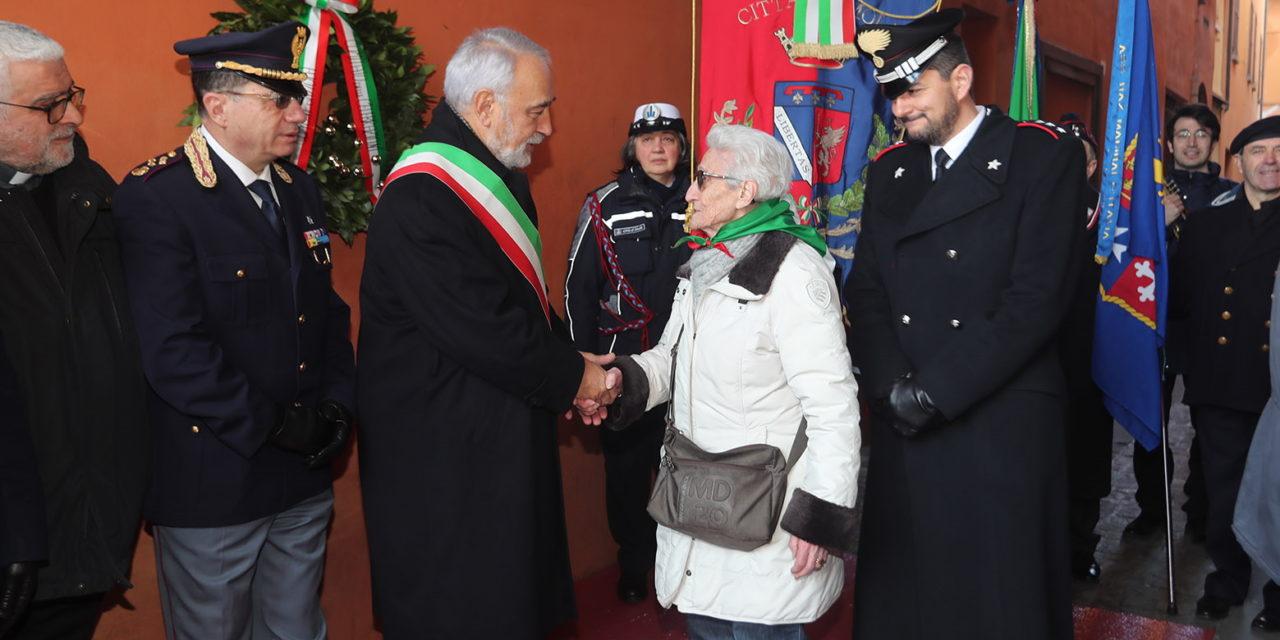 """Giorno della Memoria, il Commissario Izzo stringe la mano alla partigiana """"Gina"""""""