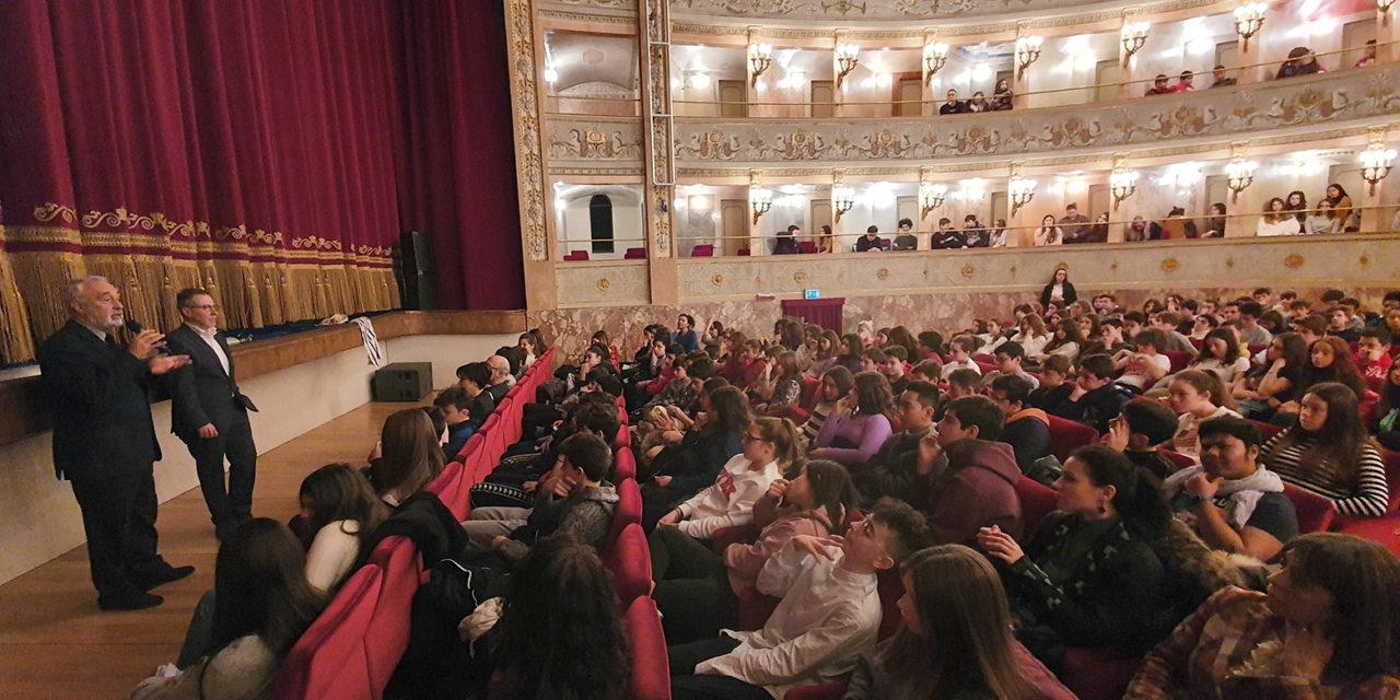 """Giorno della Memoria, il commissario Izzo agli studenti: """"La libertà e la pace non le regala nessuno"""""""