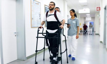 """A Montecatone l'esoscheletro antropomorfo può far """"camminare""""  le persone mielolese"""