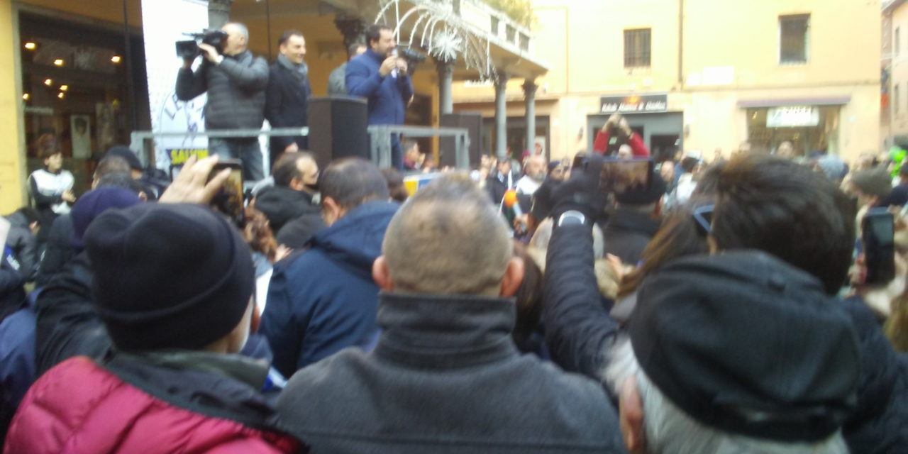 Salvini riempie piazza Caduti per la libertà, ma ci sono anche tanti contestatori e sardine