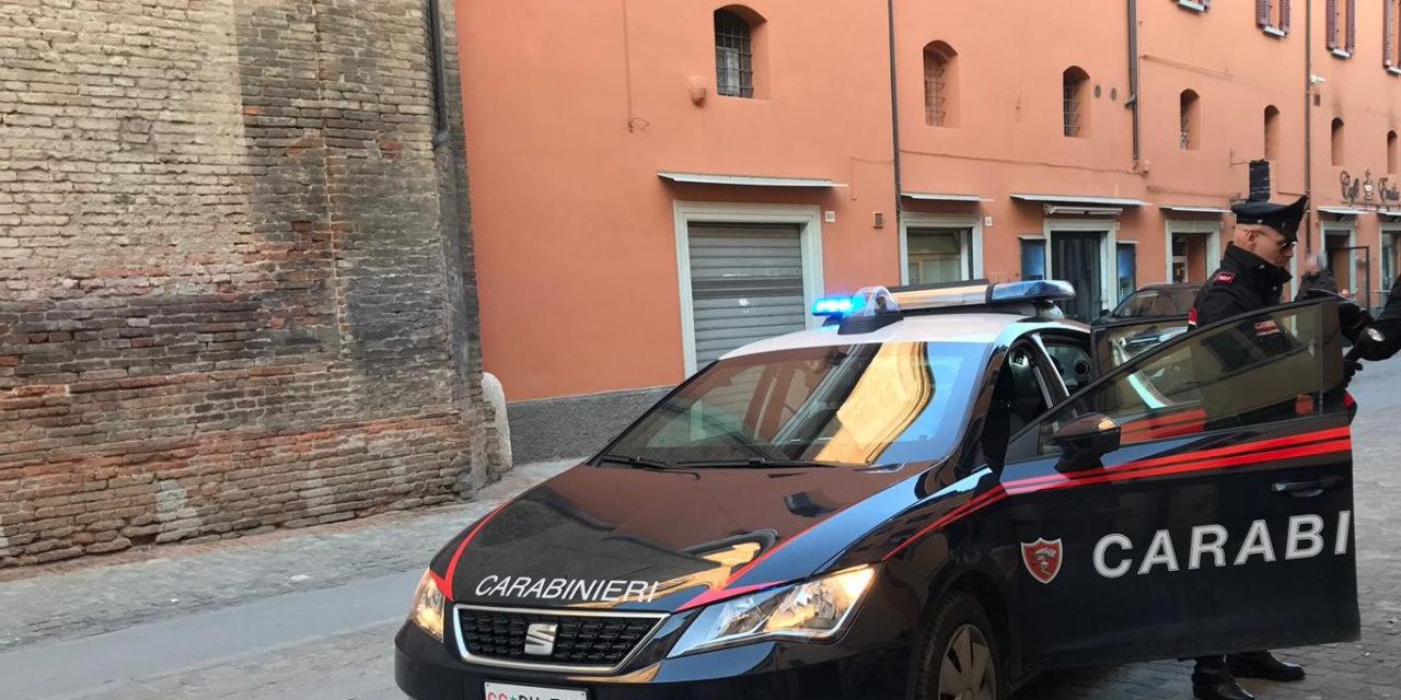 Prima picchia la nonna e poi un carabiniere, arrestato un 22enne