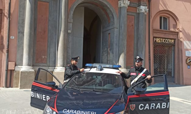 I carabinieri portano un pasto caldo a una persona affamata e senza soldi