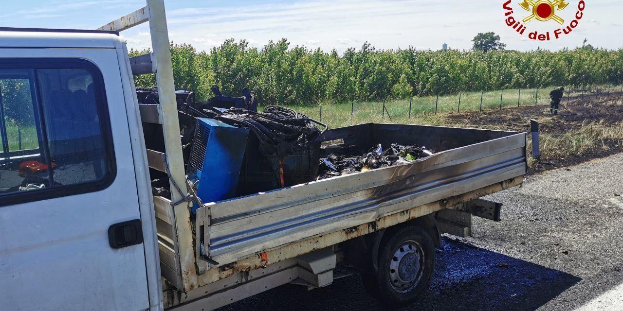 Incendio in A14, prende fuoco un furgone e si bruciano delle sterpaglie