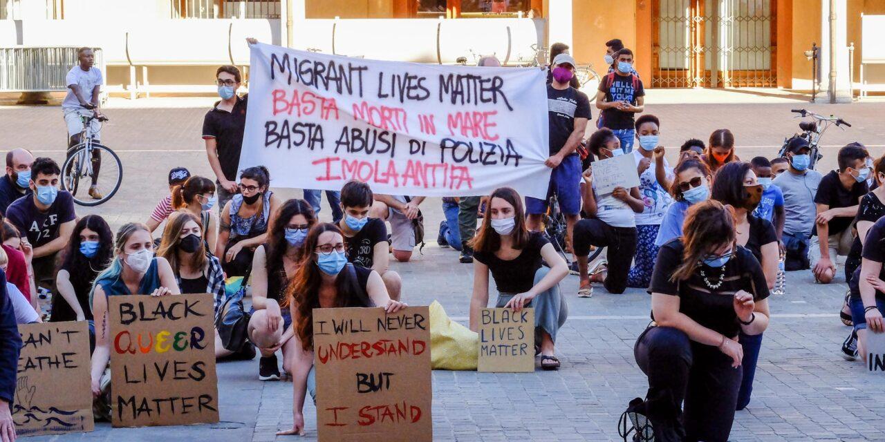 Flash Mob contro tutti i razzismi con almeno 150 giovani inginocchiati