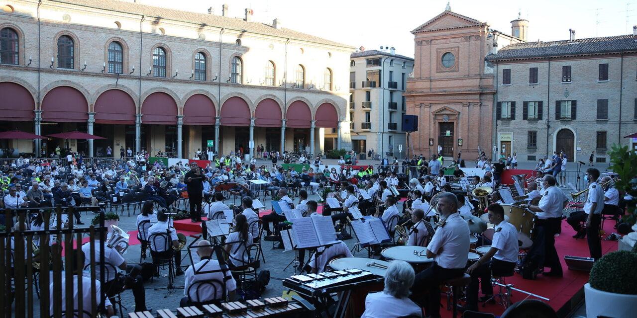 Concerto con tanta gente, Grifo e premiazioni per il Covid e la Bandiera della Città