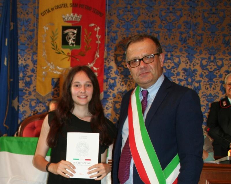 Castel San Pietro, il sindaco Tinti consegna la Costituzione ai 18enni
