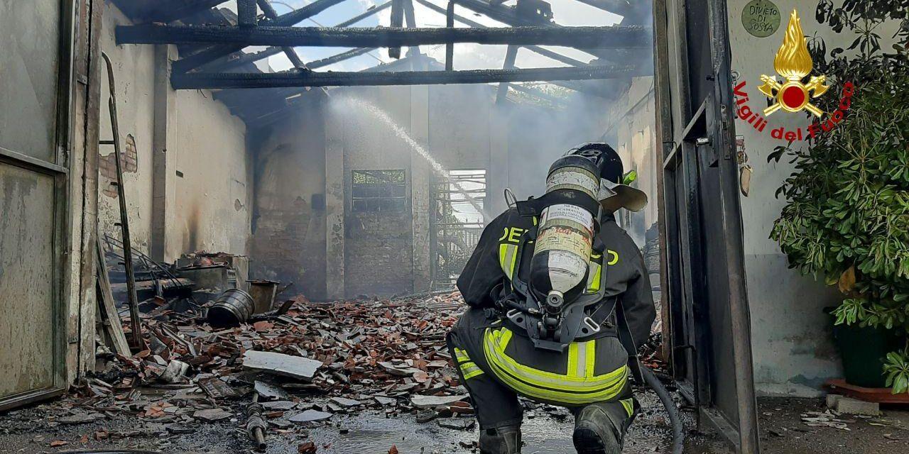 Fuoco su tre garages e un'abitazione, intervengono i pompieri