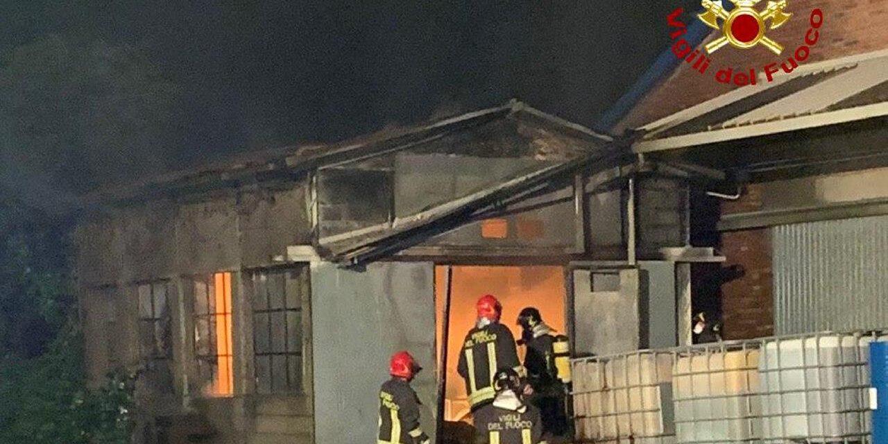Incendio nella notte in una fabbrica di creme e saponi