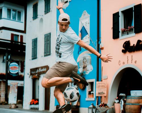 """Calcio freestyle: Mattia Ruggiero supera la prima fase del """"Red Bull Street Style"""""""
