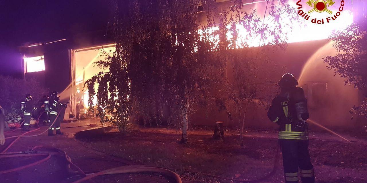Incendio in capanno pieno di legname, intervengono i vigili del fuoco