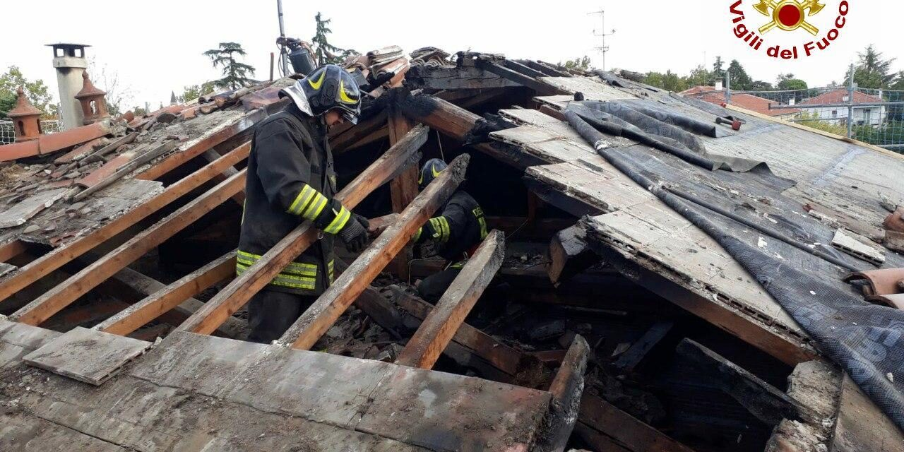 Incendio sul tetto di una villetta, i vigili del fuoco lo spengono