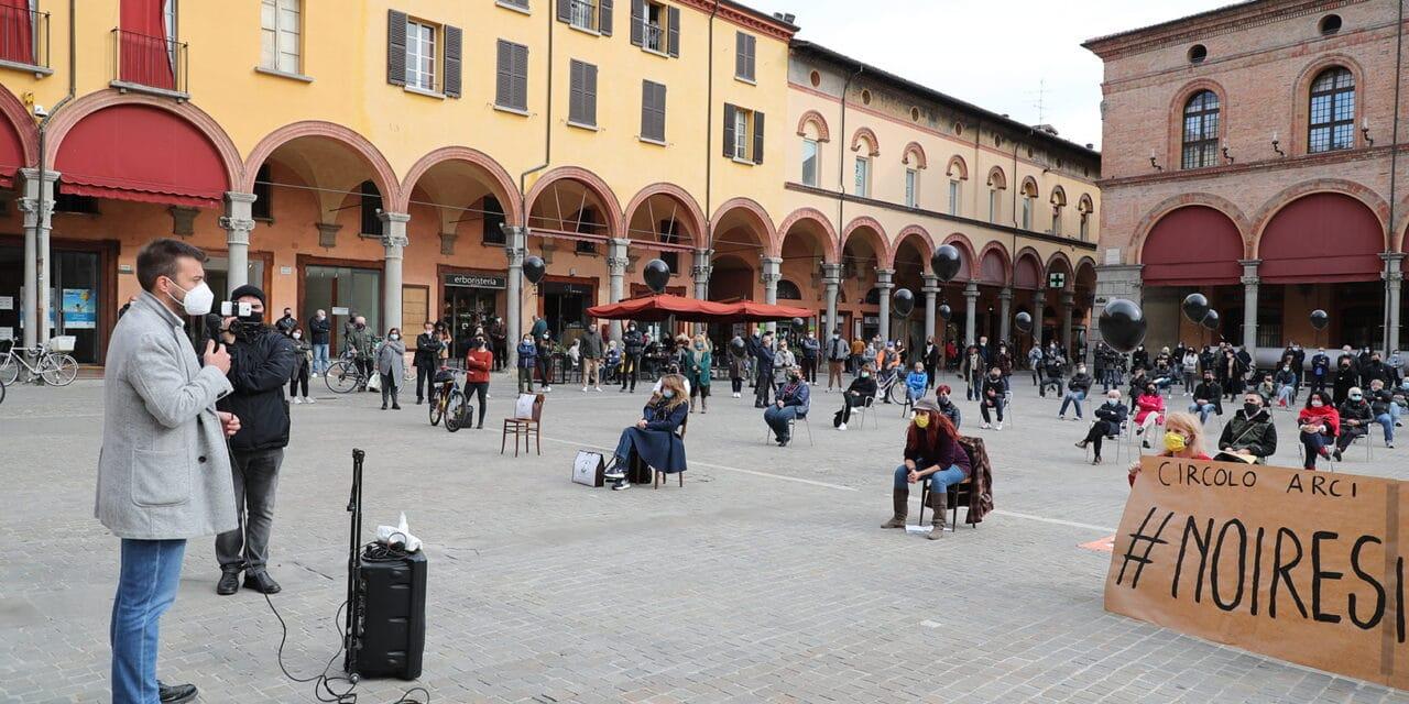 Esercenti del centro contro il Dpcm in piazza Matteotti, Panieri parla con loro