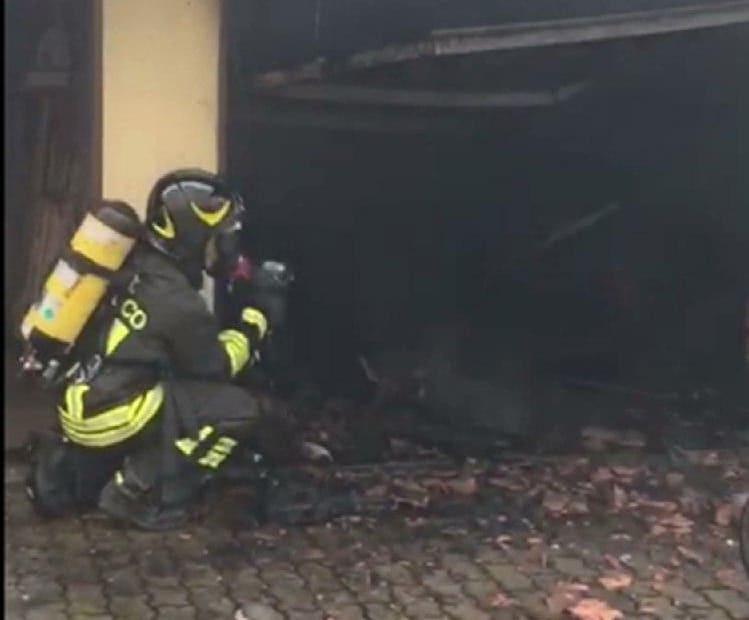 Incendio in un garage, i vigili del fuoco spengono le fiamme