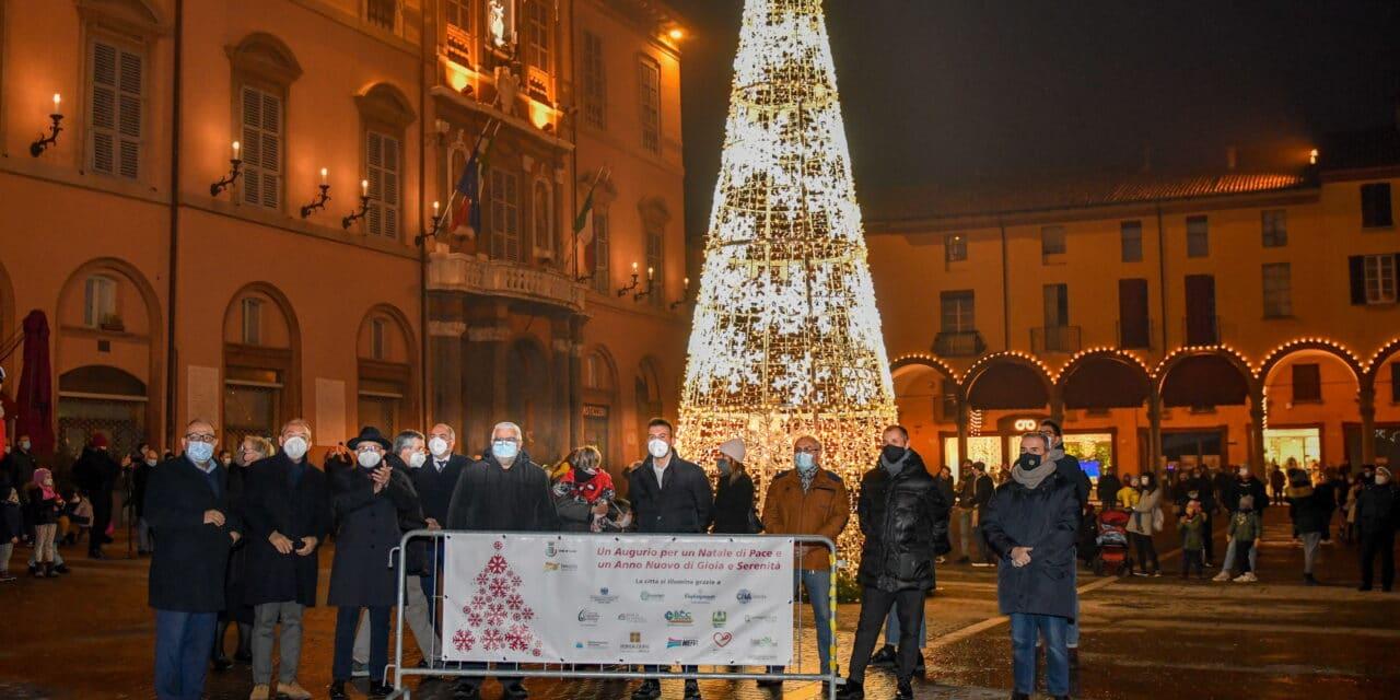 Parte il Natale della prudenza, accesi il presepe e l'albero in piazza Matteotti