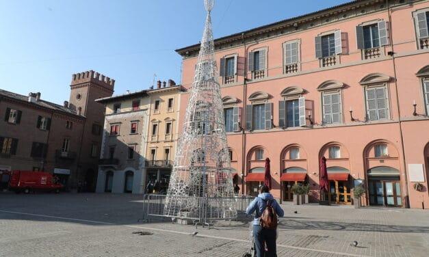 Albero di Natale al centro di piazza Matteotti, presepe in piazza Caduti