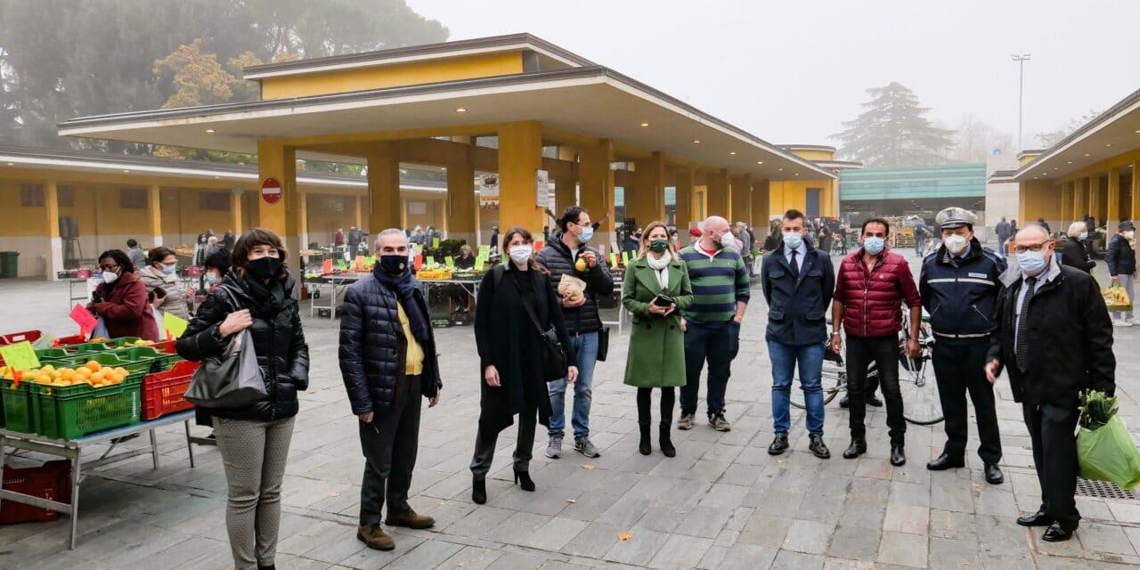 La giunta comunale in visita al mercato ortofrutticolo di viale Rivalta