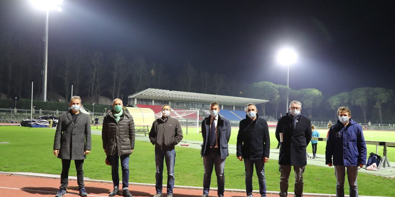 """Campo da calcio del """"Galli"""" illuminato: installate tutte le torri faro"""
