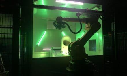 """Sacmi lancia """"Dark is Bright"""", fabbrica con robot e persone che lavorano insieme"""