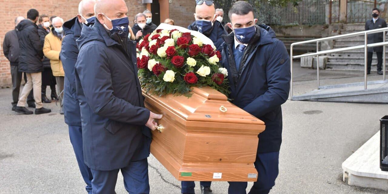 Oltre un centinaio di persone per l'ultimo saluto a Gianluigi Morini