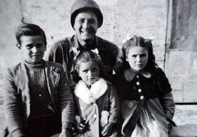 Il soldato Martin Adler e i tre ex bambini: al lavoro per farli incontrare di persona