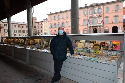 L'Amministrazione dà un riconoscimento a Moreno, il gentile libraio all'aperto
