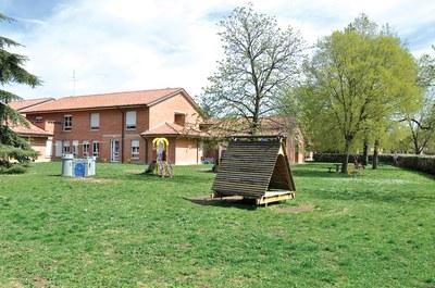 Lavori di manutenzione all'esterno di alcune scuole in aree giochi e verde