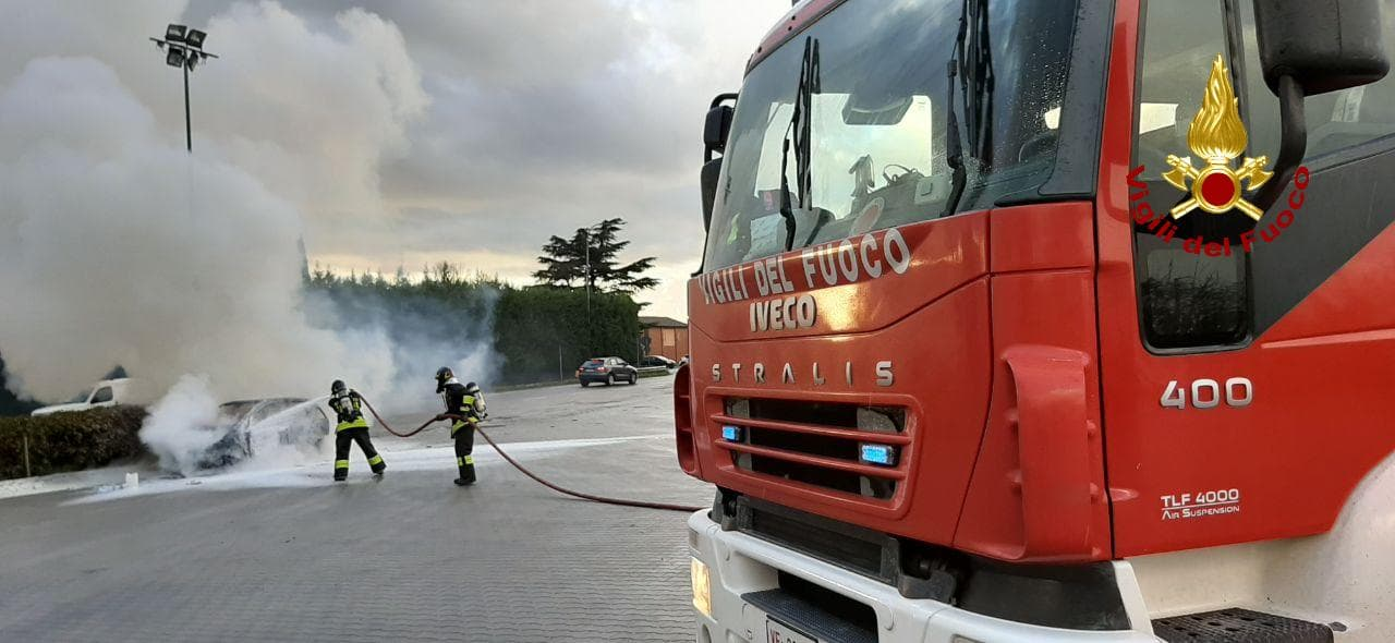 Si incendia un'autovettura in via Selice, i vigili del fuoco spengono le fiamme