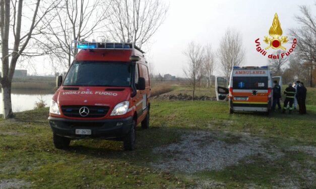 Uomo cade senza volere in un laghetto, salvato dai vigili del fuoco