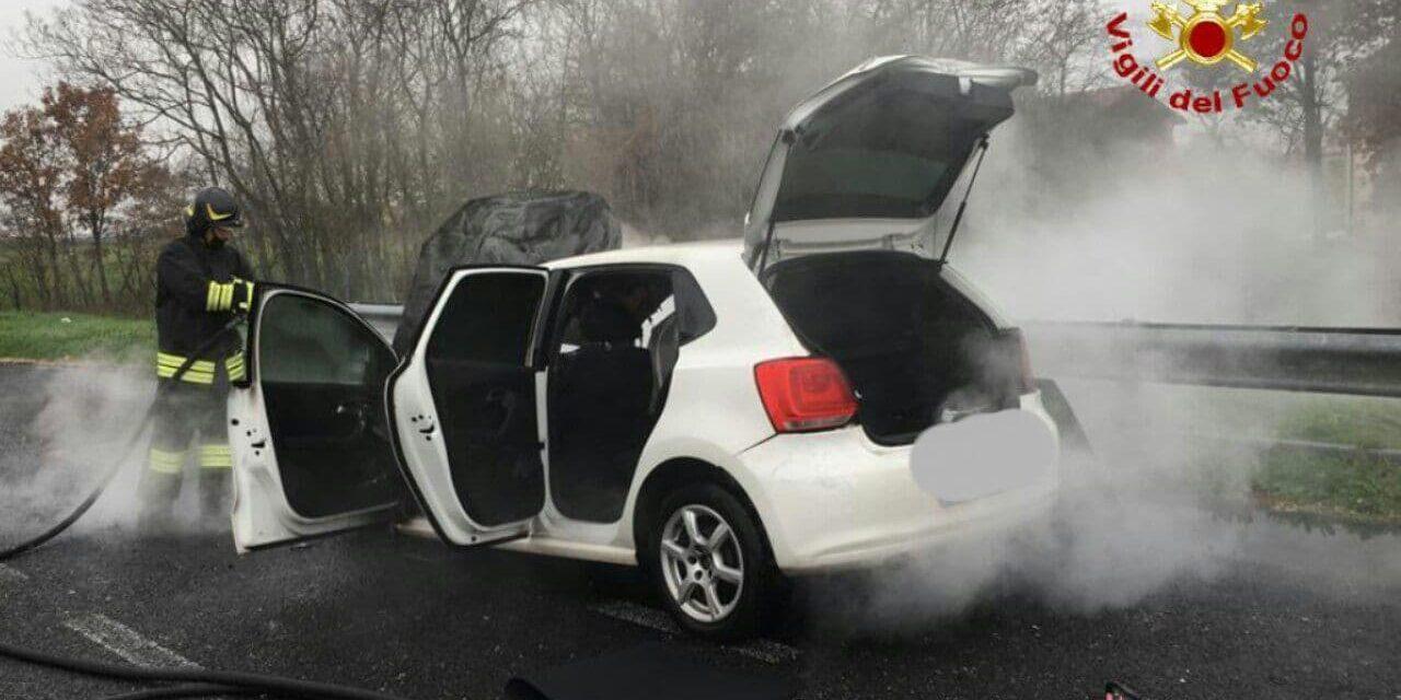 Fiamme su una Volkswagen Polo in A14, intervengono i vigili del fuoco
