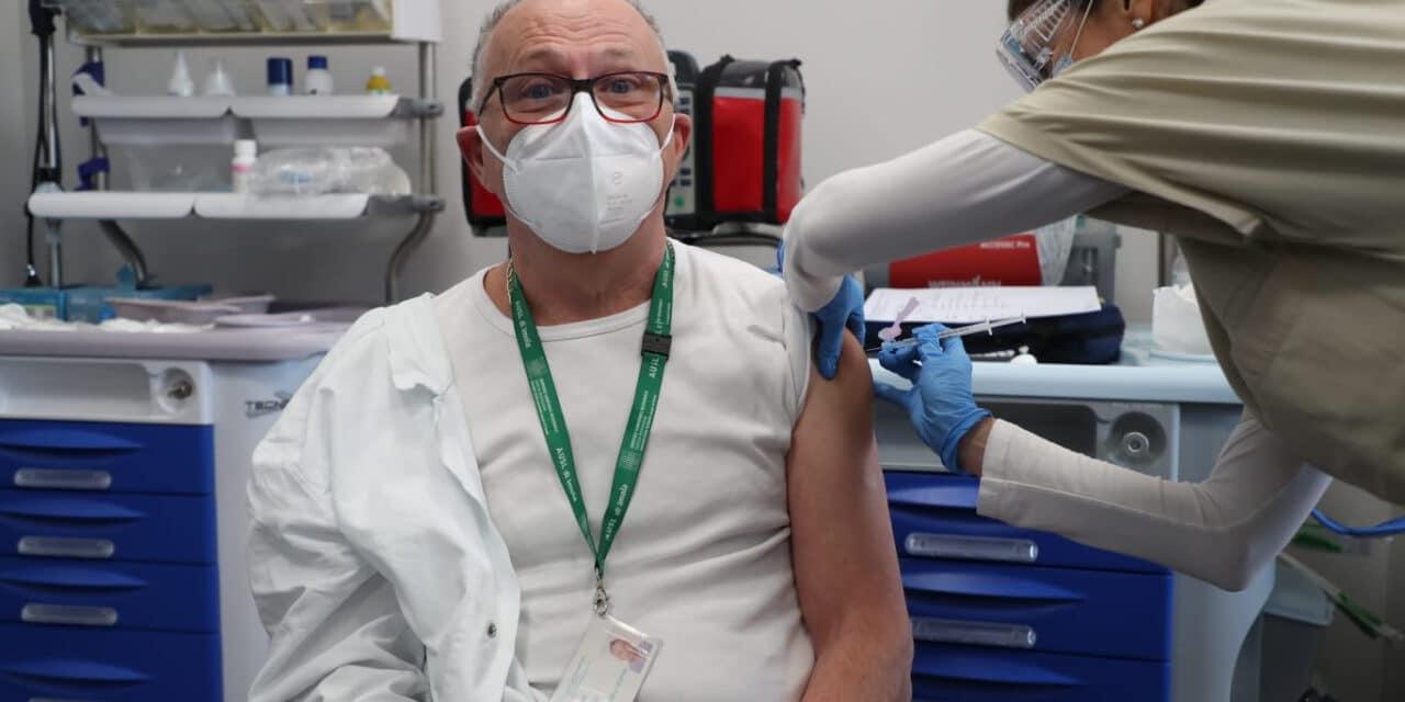 """La prima dose """"imolese"""" del vaccino è andata al dott. Pasquali di Medicina B"""
