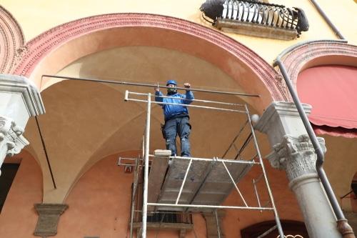 Altri dissuasori contro i piccioni lungo il portico del passeggio in via Emilia