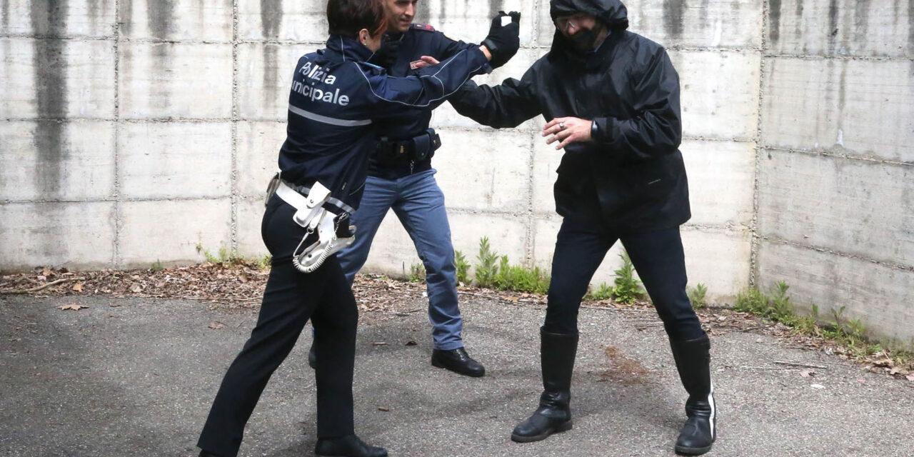 Due ubriachi in piazza Gramsci, uno aggredisce la Pm, denunciato