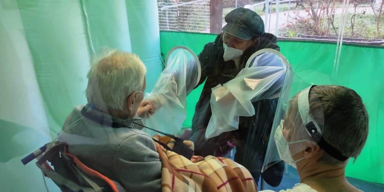 Il tunnel degli abbracci per far sentire meno soli gli anziani della Coccinella