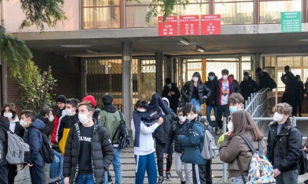 Caos scuola, chi sciopera, chi va in classe e chi minaccia provvedimenti