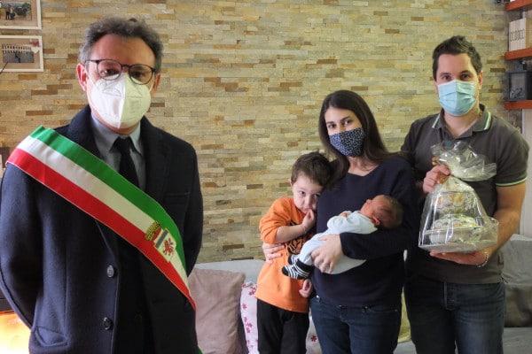 Faenza: il sindaco consegna l'Impagliata ai primi due nati dell'anno