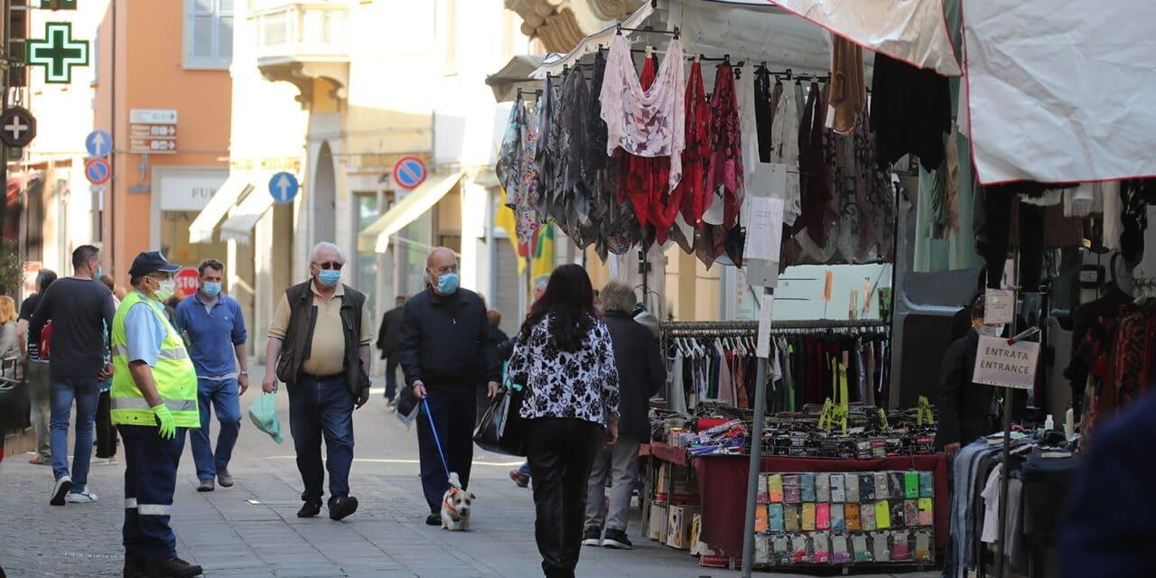 Covid, stretta sui mercati: febbre misurata e vigilanza anti-assembramenti