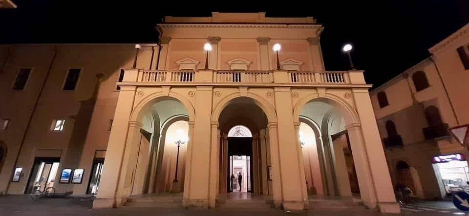 Cittadini in visita al teatro Stignani illuminato per una protesta silenziosa