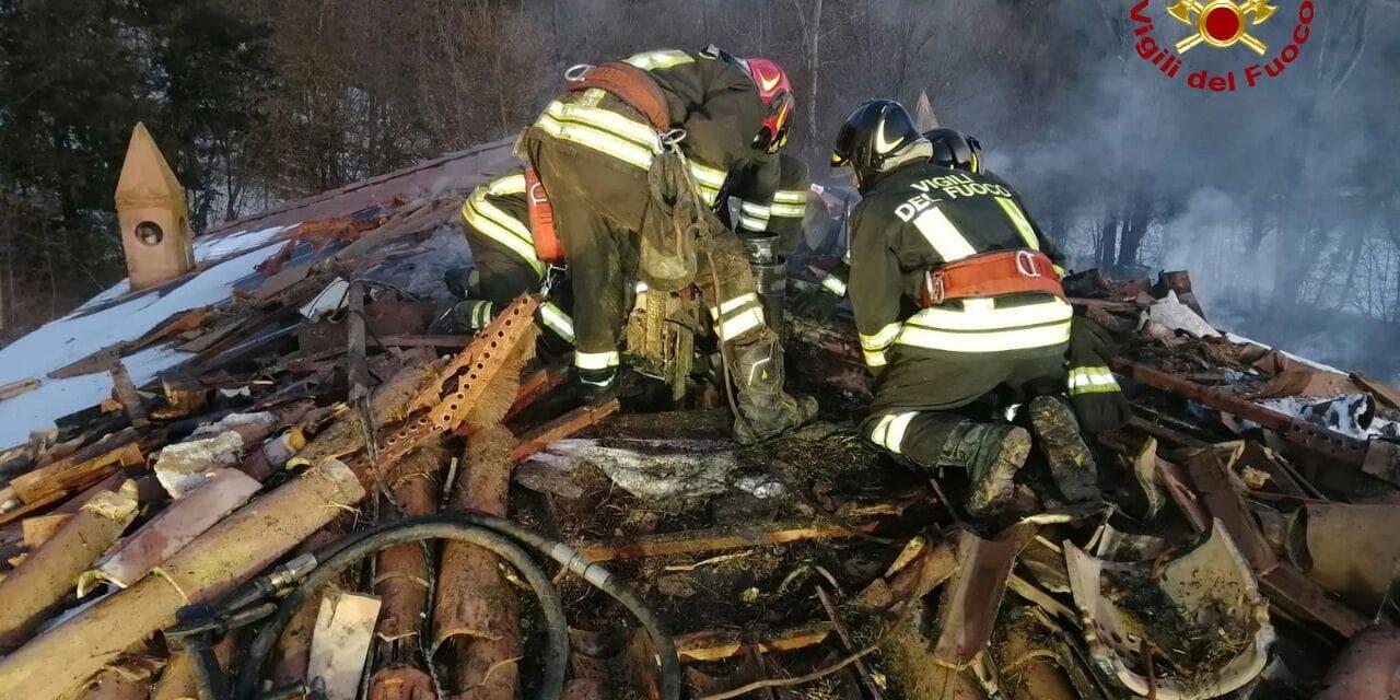 A Casale si incendia il tetto di una palazzina, spento dai vigili del fuoco