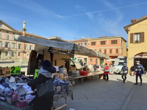 Castello, al mercato persone disciplinate, forse proibito fumare acquistando