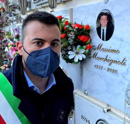 Panieri rende omaggio alla tomba di Marchignoli, morto l'8 marzo 2020